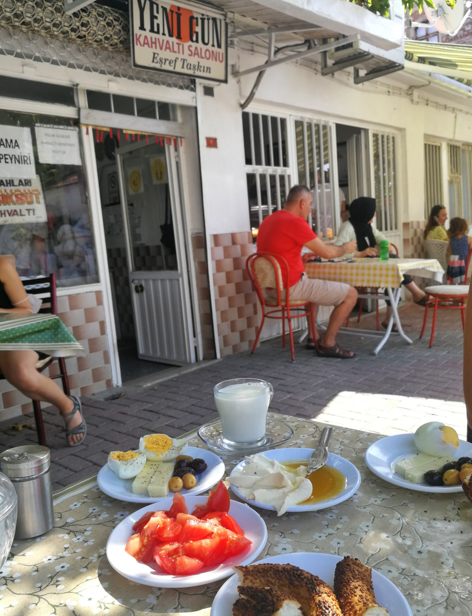 Yeni gün kahvaltı salonu